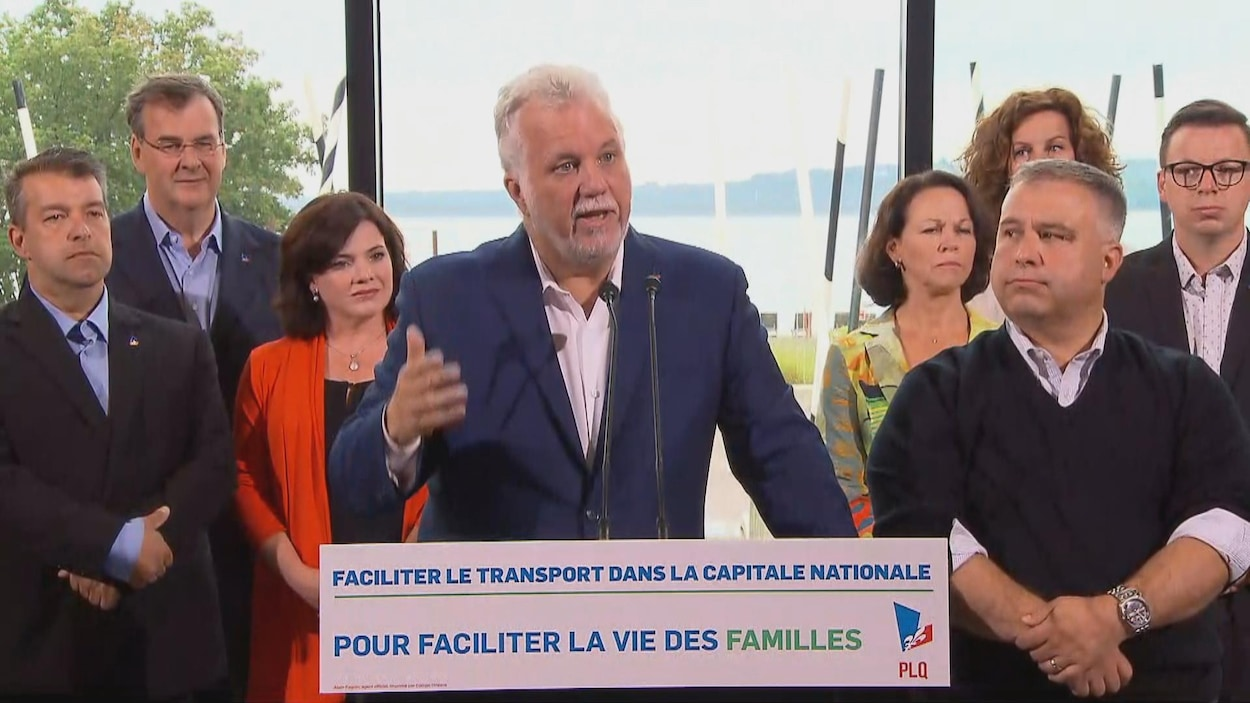 Le premier ministre Philippe Couillard et ses candidats de la région de Québec.