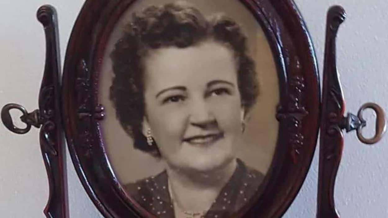 Photo ancienne, couleur sépia, d'une femme d'un certain âge dans un cadre.