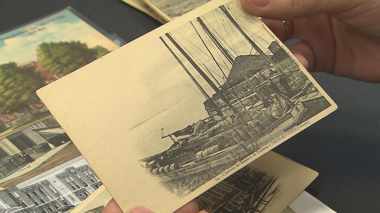 Une photo d'époque illustrant l'arrivée des bateaux de pommes à Trois-Rivières au début du 20e siècle.