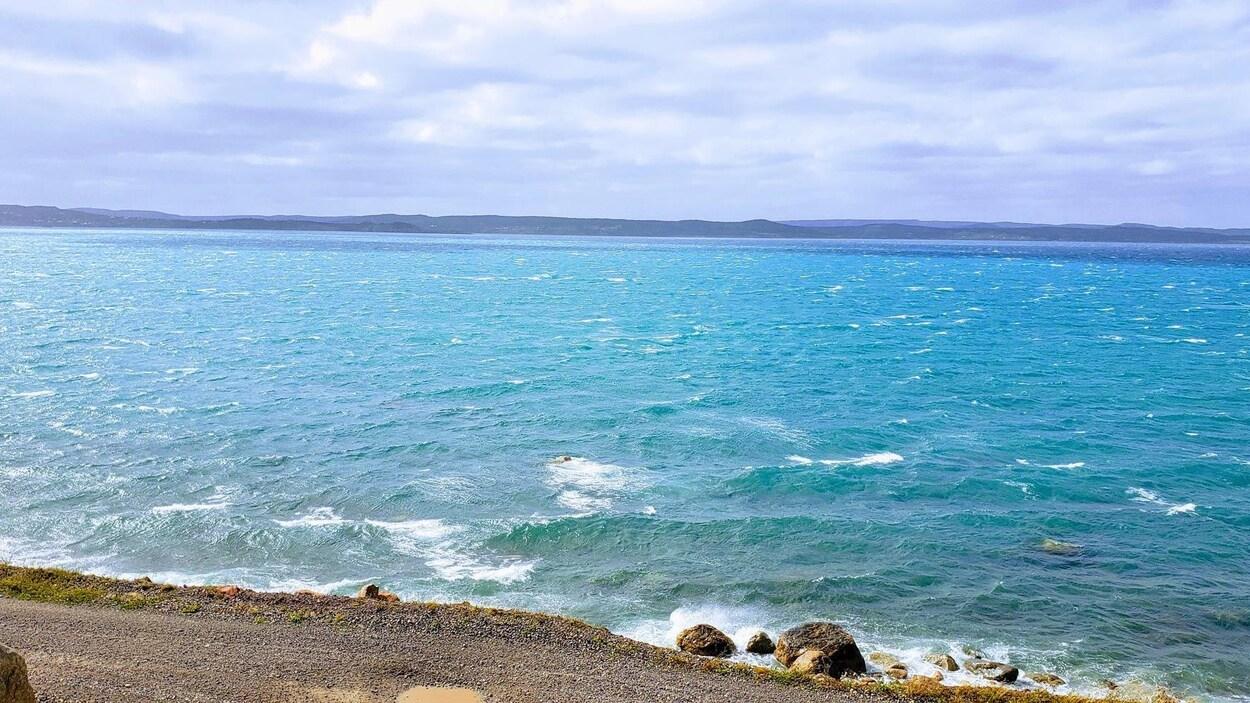 L'eau turquoise photographiée à partir du rivage.