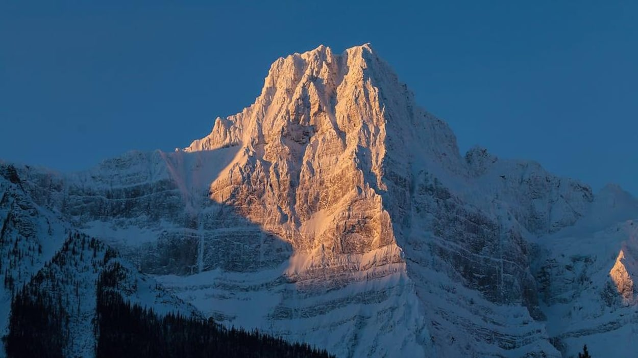 Une montagne escapée est recouverte de neige.