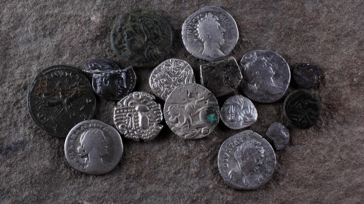 Des pièces de métal antiques déposées sur le sol.