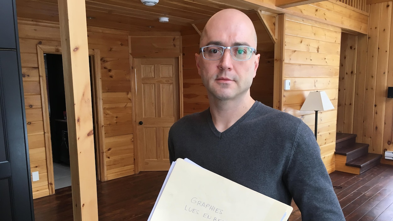 Pierre-David Habel tient dans ses mains un dossier sur lequel est écrit «Graphies lues en retard».