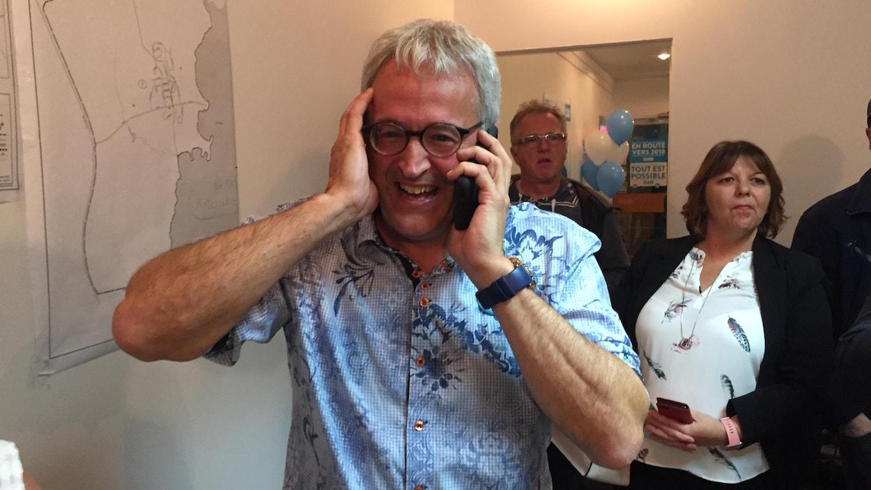 Un député élu est très heureux en parlant au téléphone.