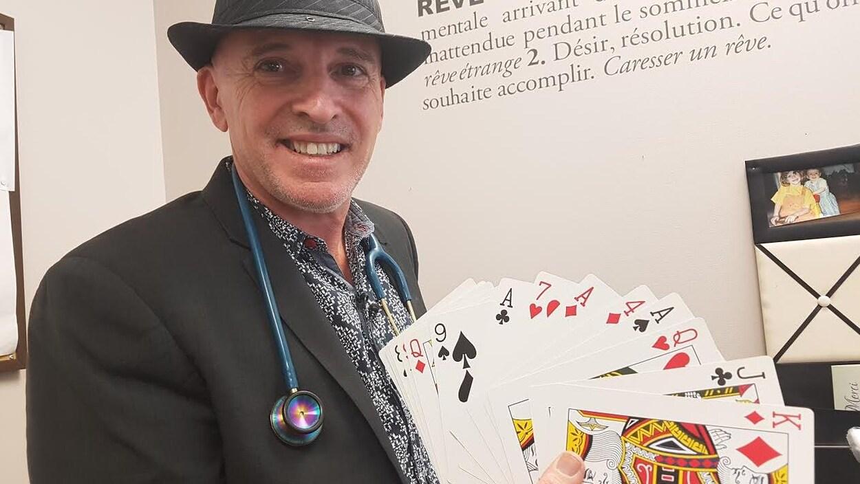 Pierre Filteau est à la fois médecin et magicien.