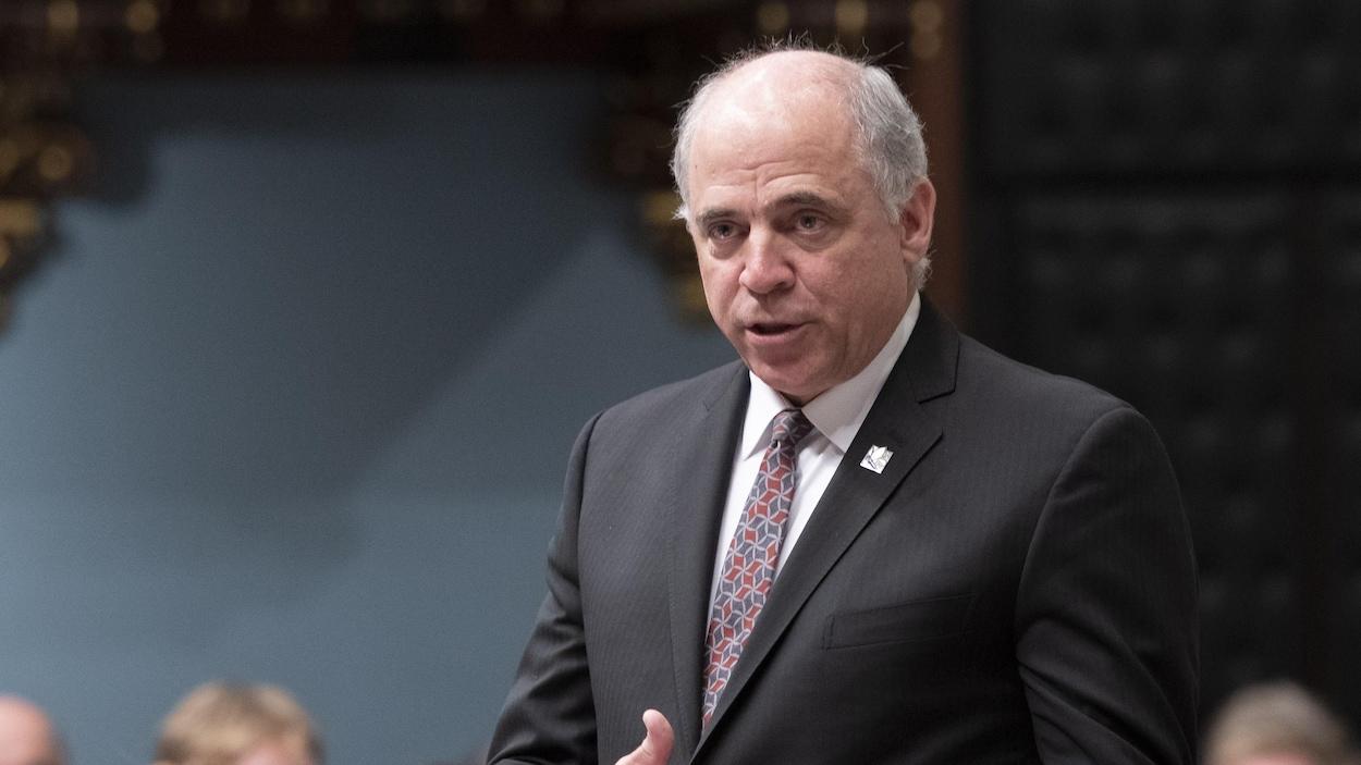 Pierre Fitzgibbon, debout à l'Assemblée nationale.