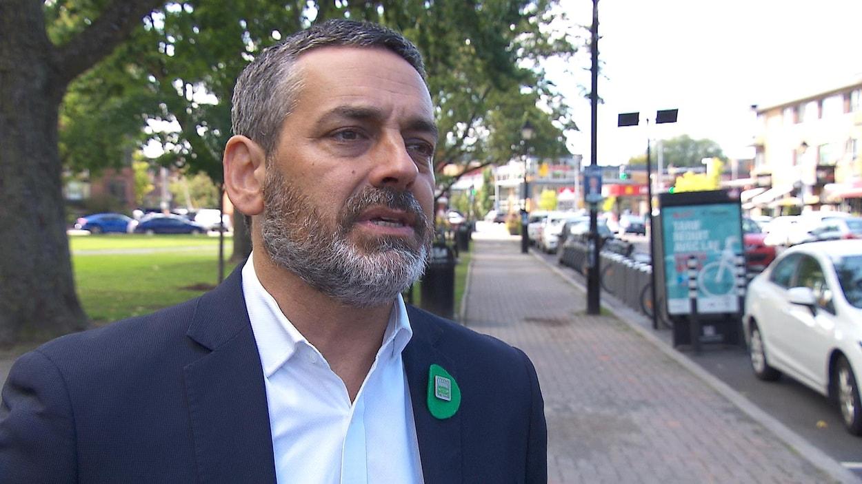 Pierre Nantel en entrevue devant un parc.