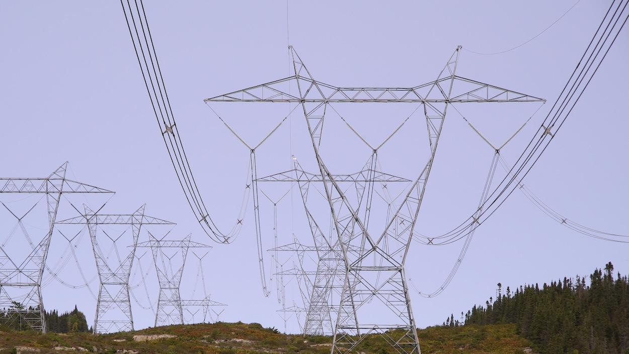 Une série de pylône électriques sur la Côte-Nord