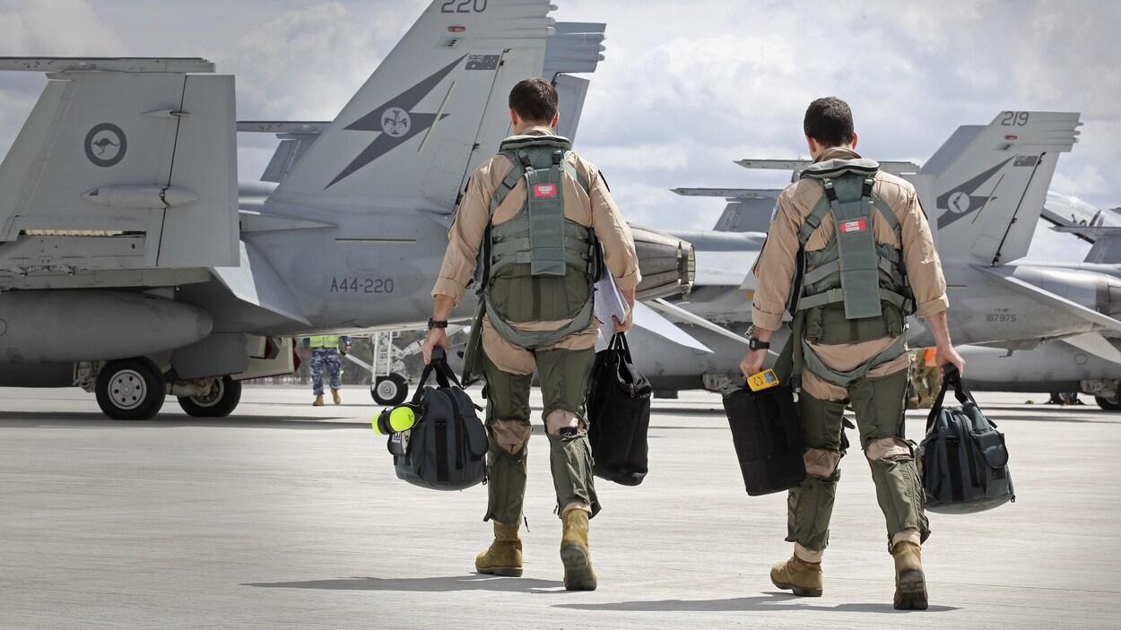 Ils portent des sacs dans chaque main.