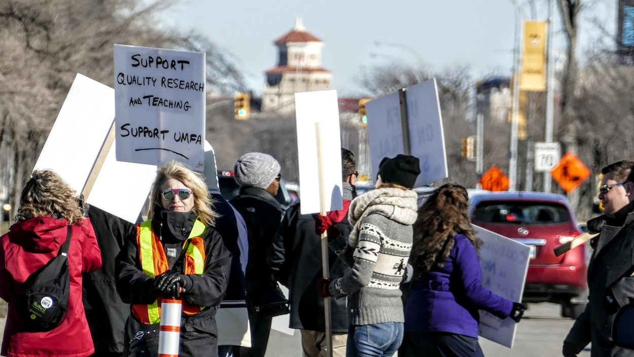 Des personnes font le piquet de grève.