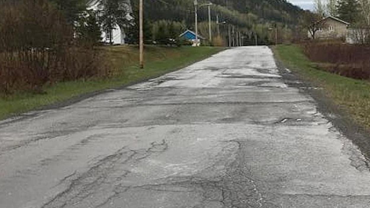 Une route dont l'asphalte est cahoteuse.