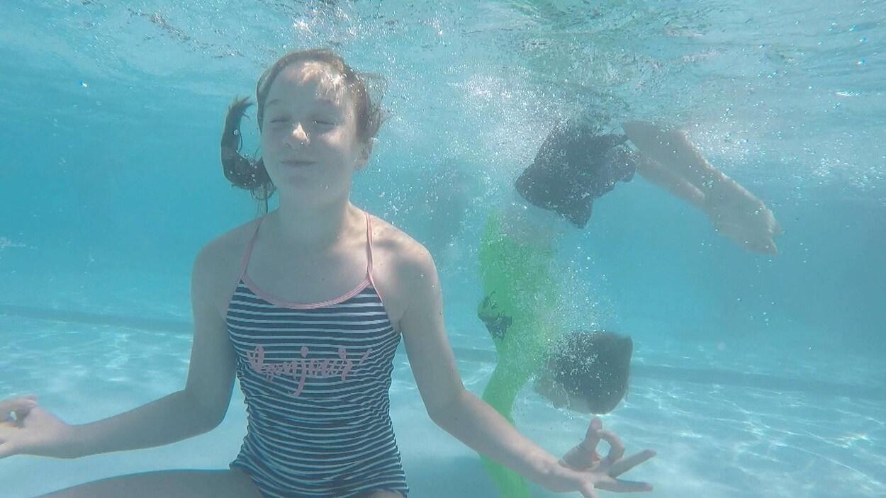 Deux enfants sous l'eau.
