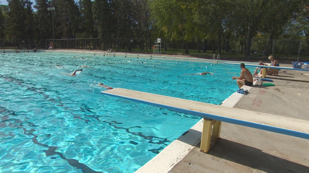 Des nageurs profitent de la piscine Wascana avant sa fermeture.