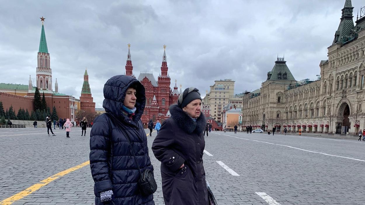 Deux femmes marchent dans le secteur de la place Rouge.