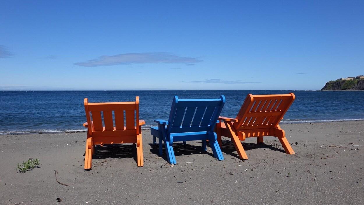 Chaises sur une plage