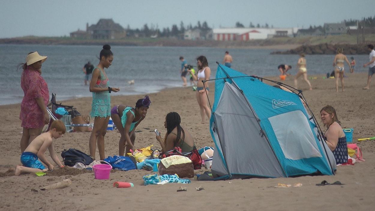 Des gens à la plage.