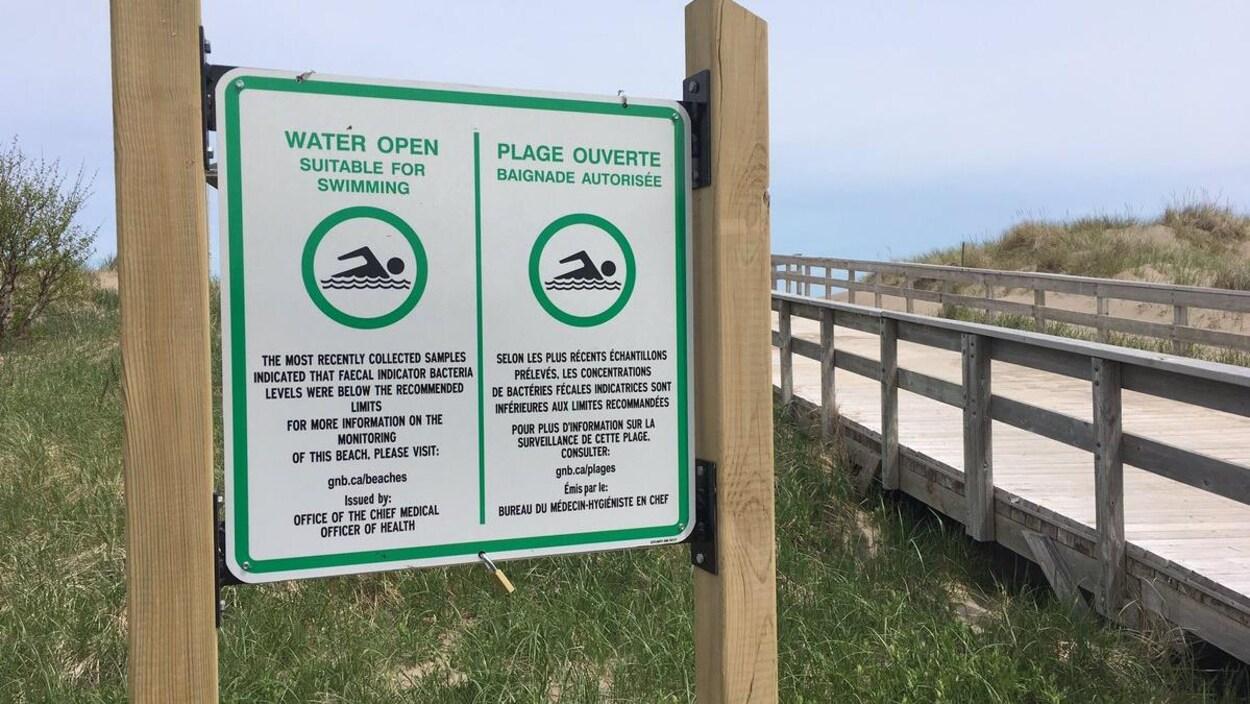 Une affiche indiquant que la plage est ouverte à la baignade.