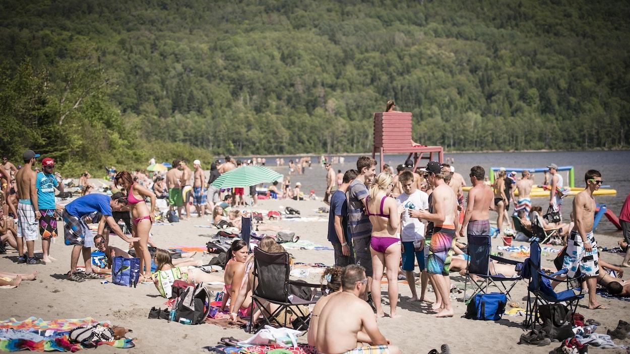 Des plaisanciers sur la plage de Pohénégamook.