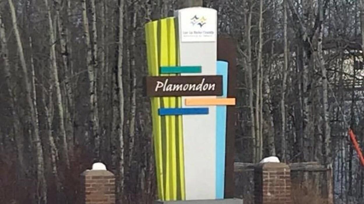 Affiche unilingue à l'entrée du village de Plamondon. en Alberta.