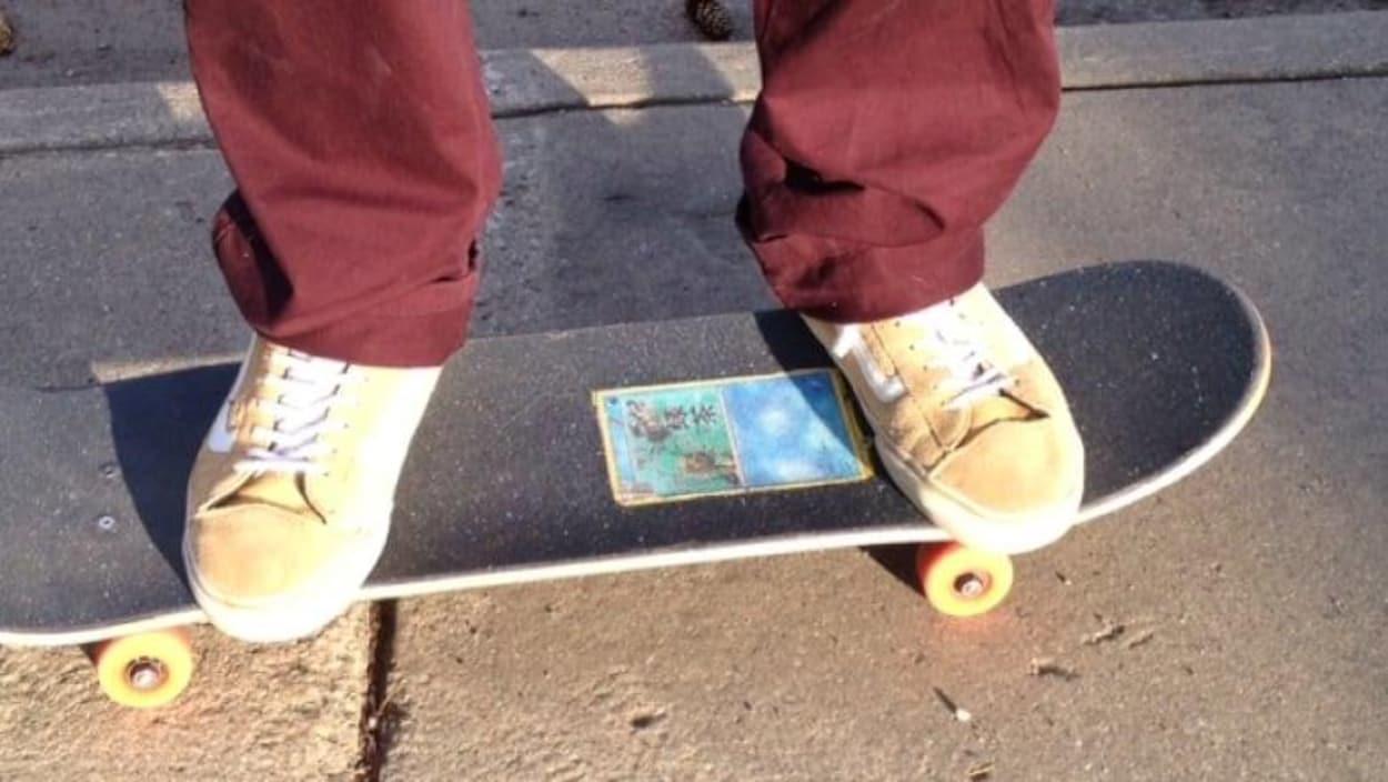 Les pieds d'une personne sur une planche à roulettes.