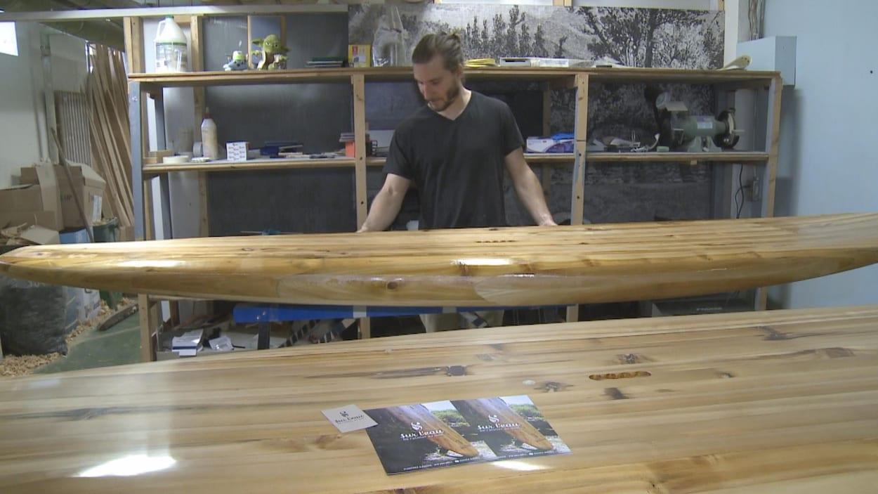 Simon Laflamme a développé des planches à pagaie en cèdre blanc du Québec.