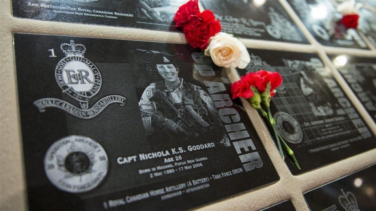 Des fleurs à la mémoire du capitaine Nichola Goddard, première femme des Forces canadiennes à perdre la vie en Afghanistan