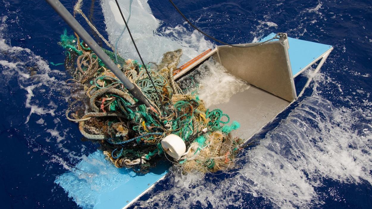 Un filet de pêche et d'autres détritus amassés par une puise lors d'une expédition sur l'océan Pacifique.