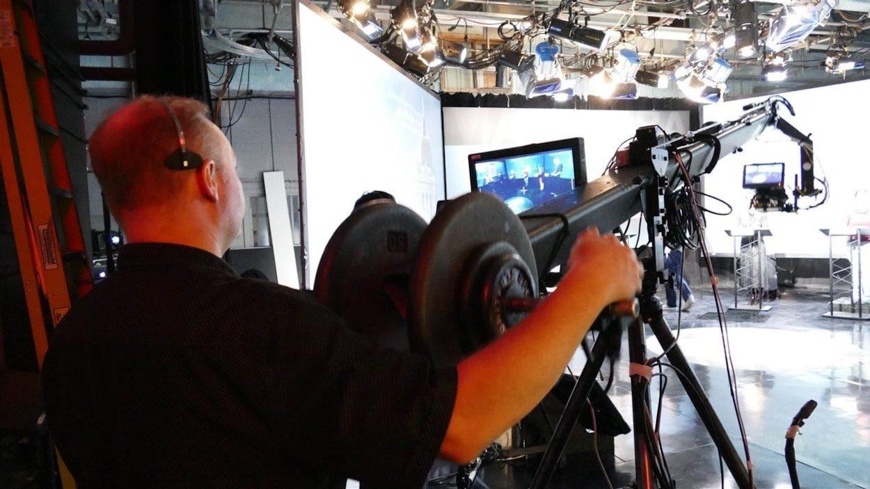 Caméraman en préparation avant le débat des chefs