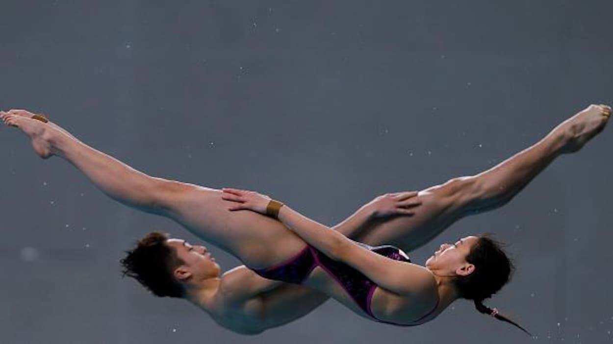 Deux plongeurs en vol forment un V avec leurs corps
