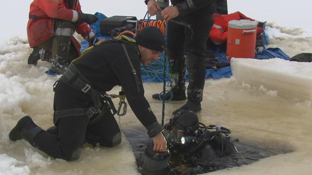 Un plongeur s'apprête à plonger dans le lac Saint-Jean.
