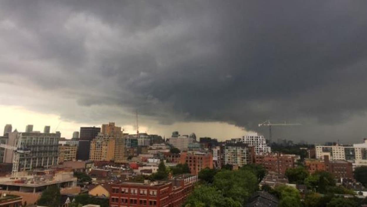 Des buildings et des nuages gris