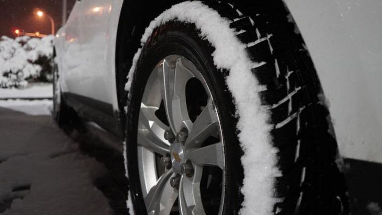 Un pneu enneigé.
