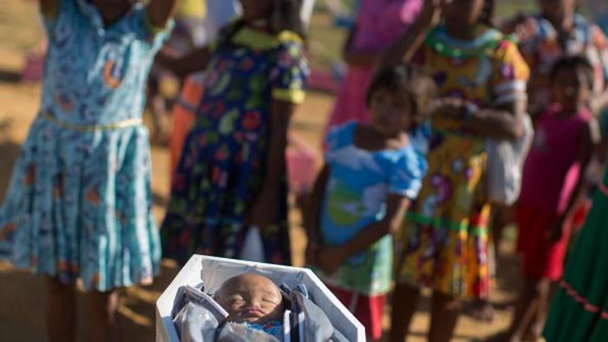 Un bébé dans un cercueil