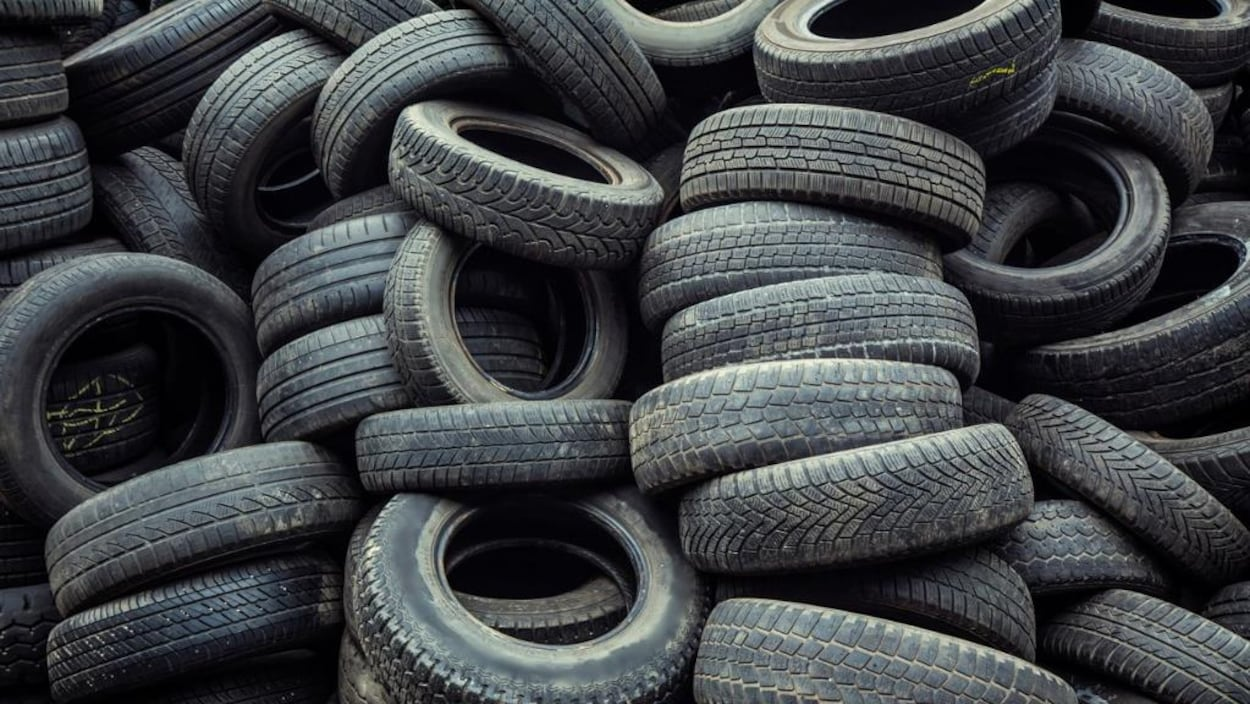 Les pneus sont empilés les uns sur les autres.