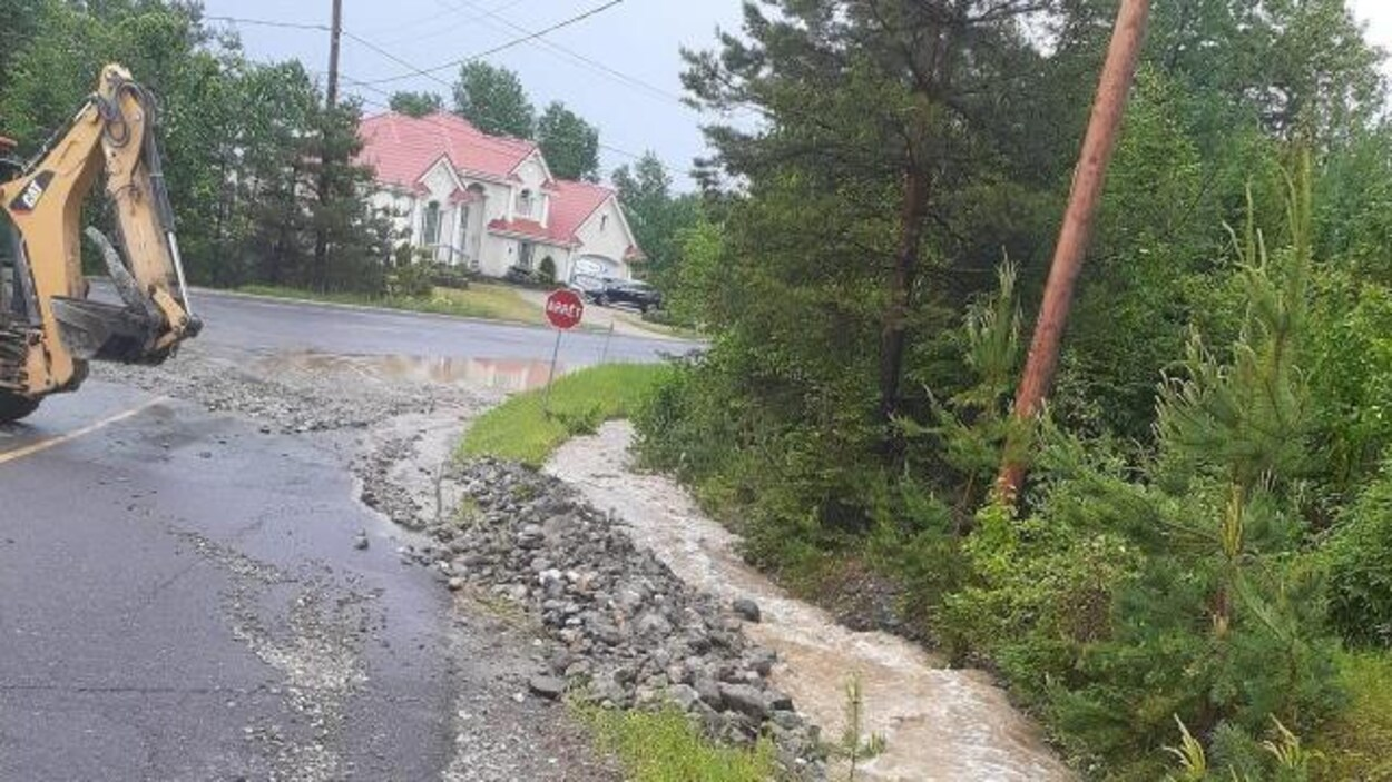 Une rue endommagée.
