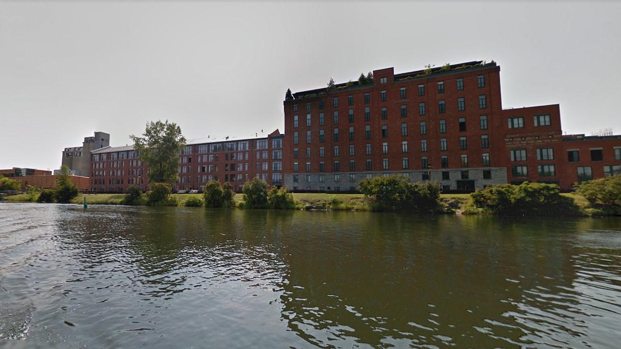Une vue de Pointe-Saint-Charles à partir du canal Lachine