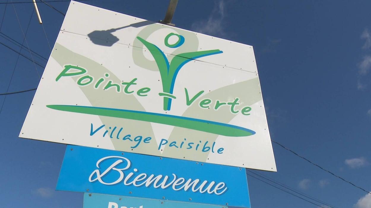 Enseigne qui souhaite la bienvenue à Pointe-Verte, « village paisible ».