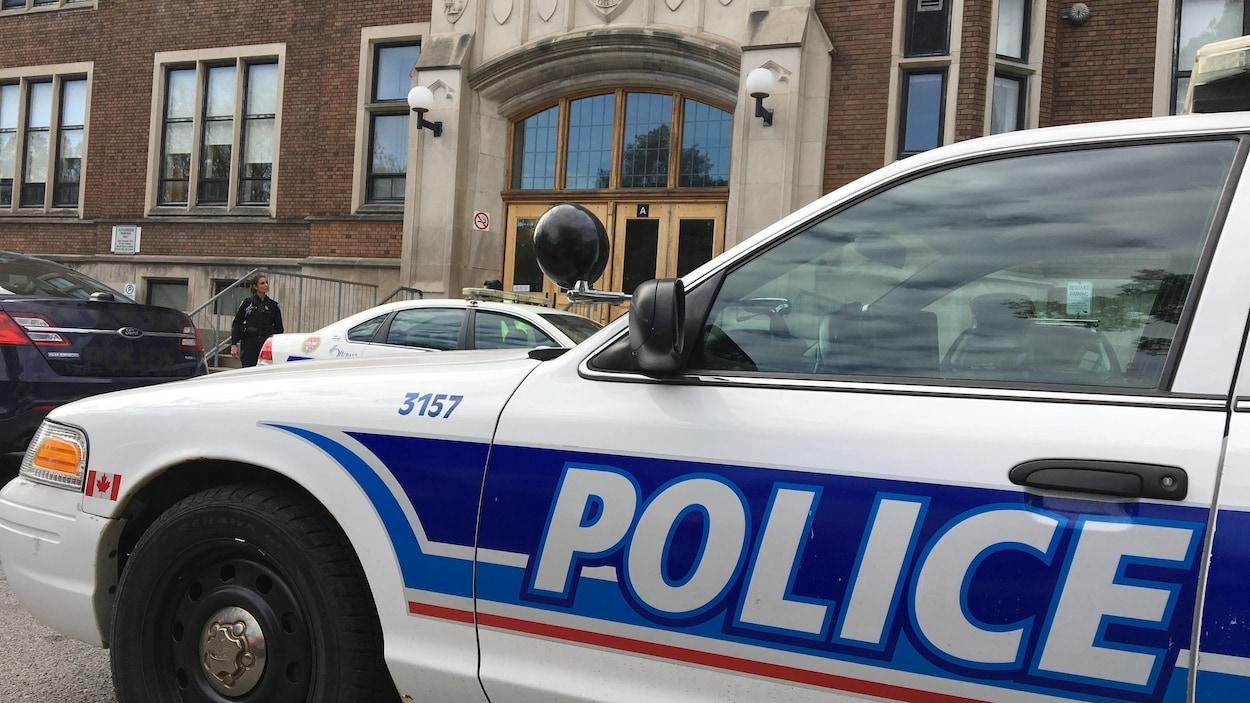 Une voiture du Service de police d'Ottawa devant une école du Glebe.
