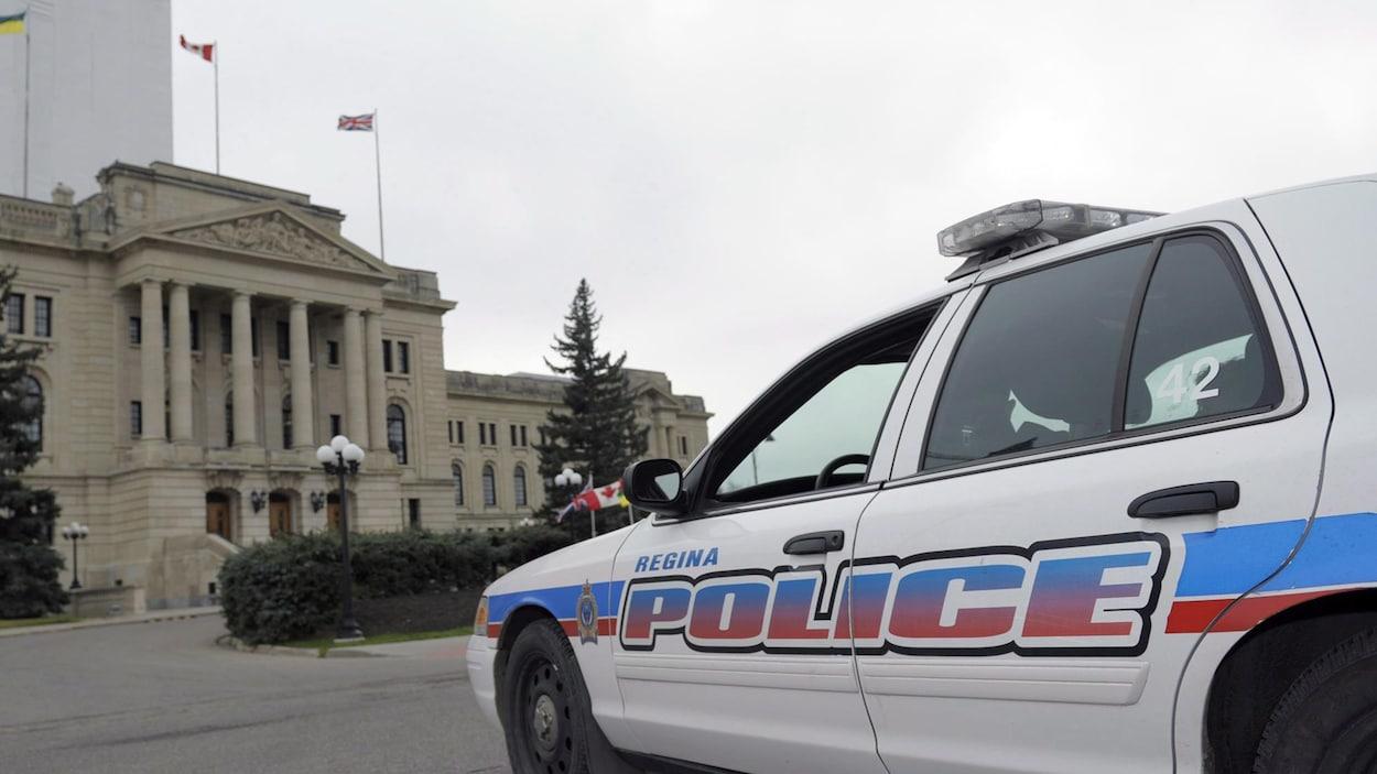 Une voiture de police de Regina stationnée devant l'Assemblée législative.