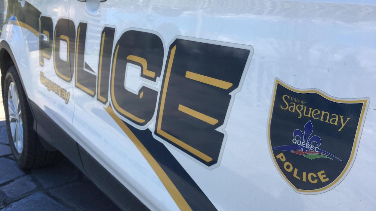 Le logo du Service de police de Saguenay apparaît sur une auto-patrouille.