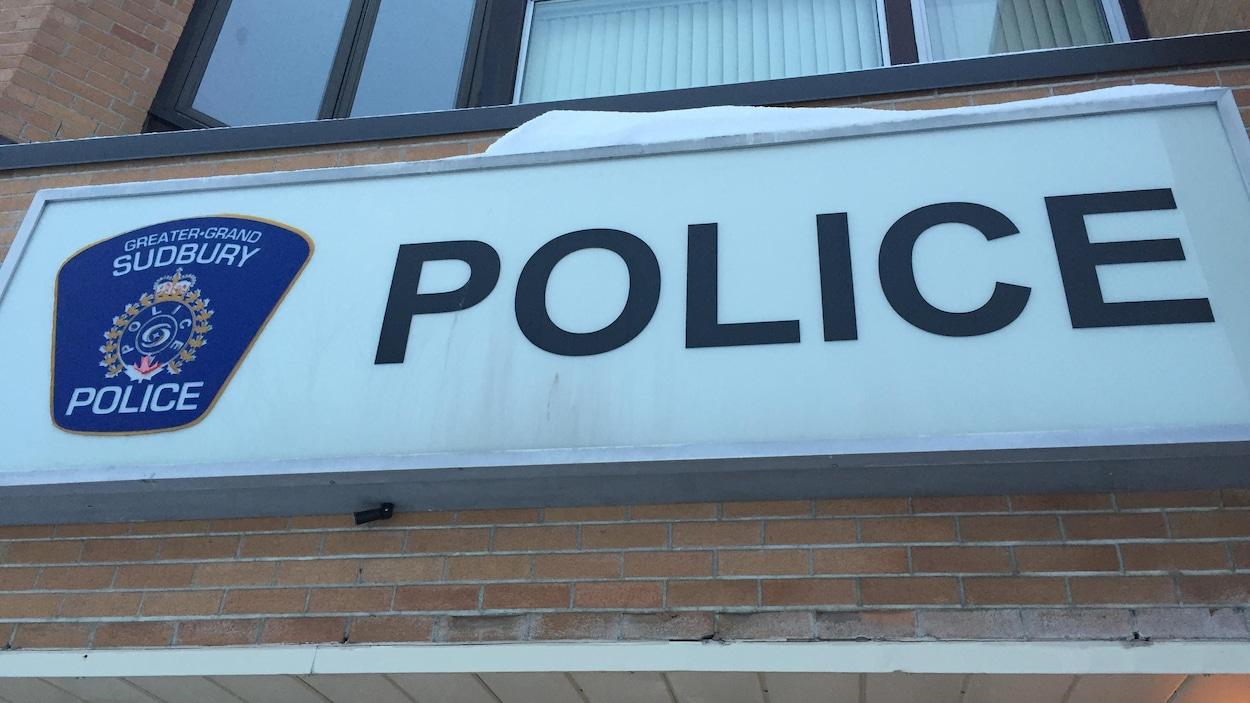 La pancarte du bureau de police de Sudbury.