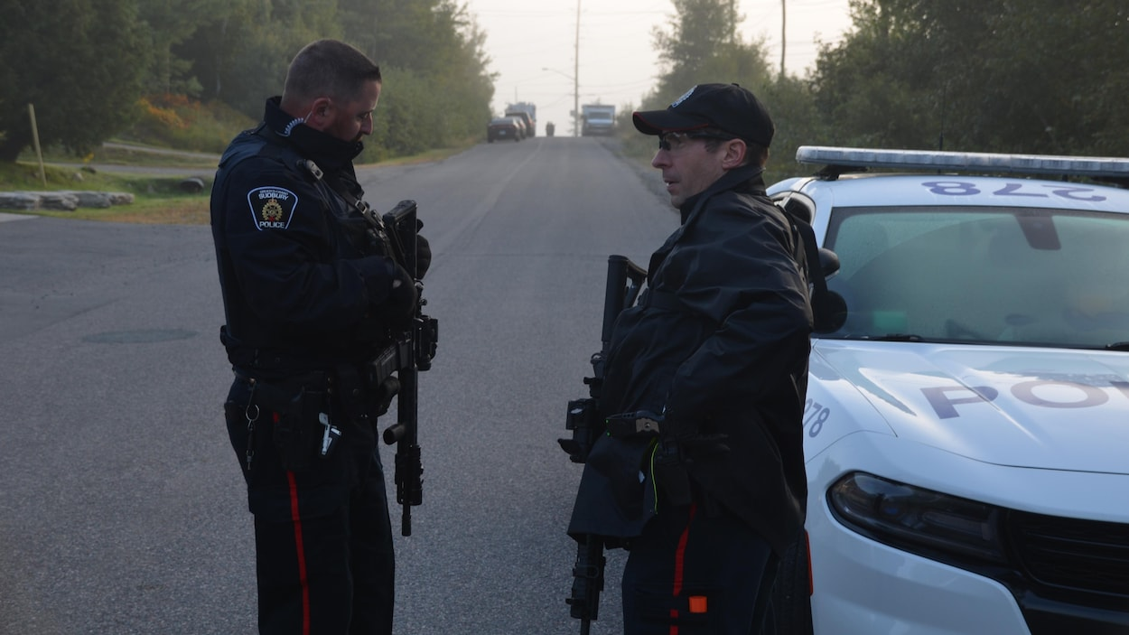 Deux policiers debout l'un face à l'autre