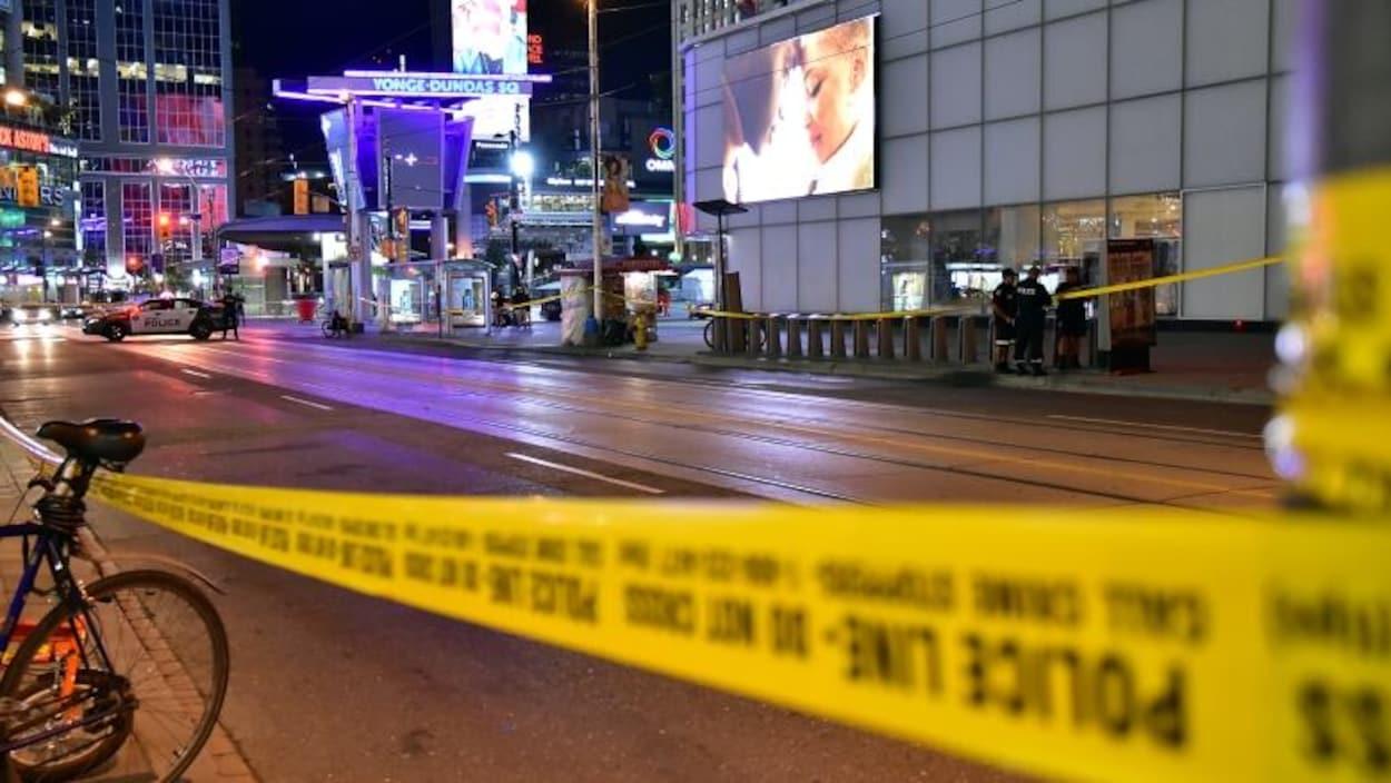 Un ruban de police jaune et une autopatrouille bloquent une partie de la rue Dundas.