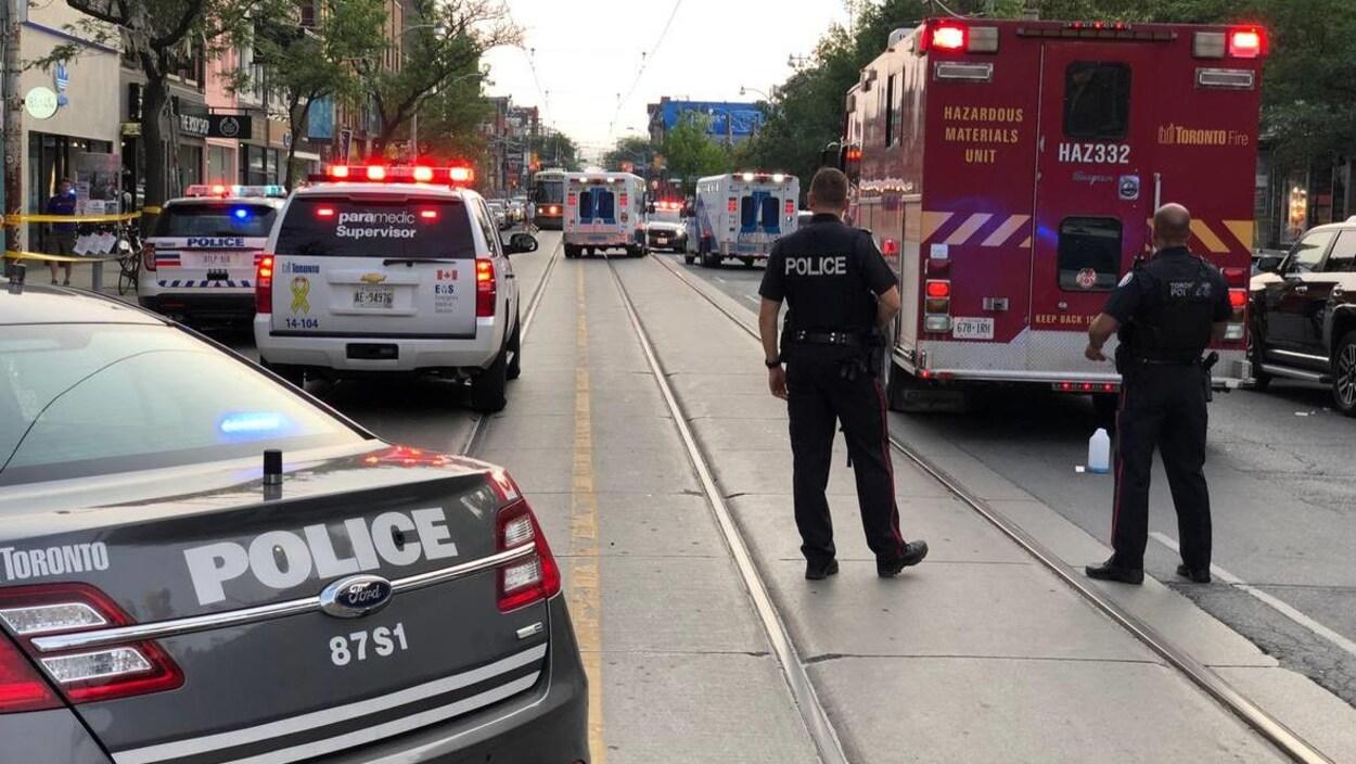 Des policiers et des ambulanciers sur la rue Queen Ouest à Toronto