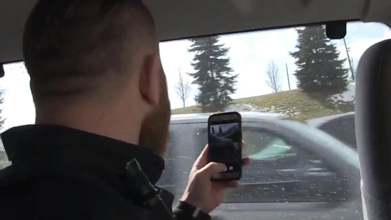 Un policier prend une photo d'un conducteur fautif.