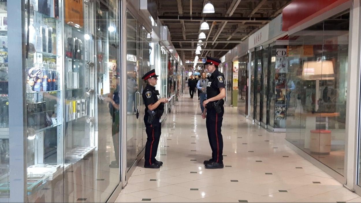 Des policières debout dans un corridor