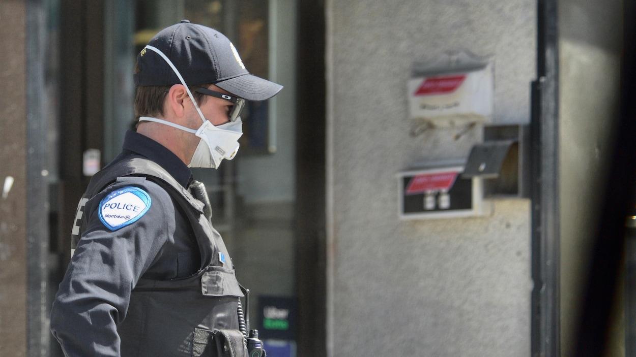 Un policier du SPVM portant un masque.