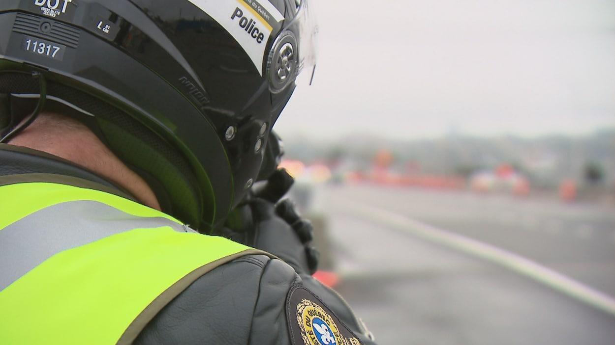 Un policier de la Sûreté du Québec effectue une opération de vérification de la vitesse sur l'autoroute Henri-IV à Québec.