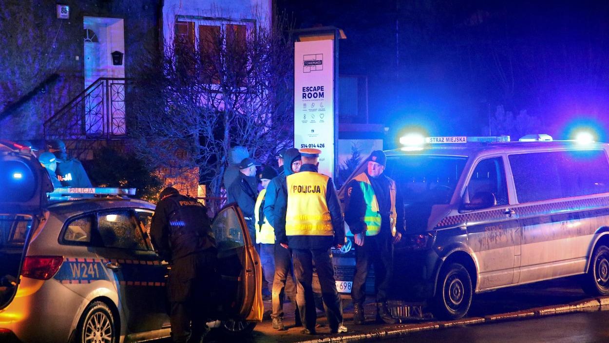Des policiers sur les lieux de l'incendie qui a éclaté dans une salle d'évasion à Koszalin, en Pologne, le 4 janvier 2019.