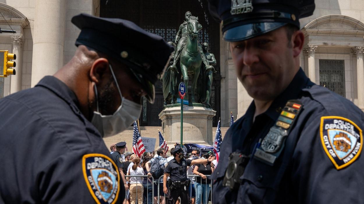 Deux policiers de New York lors d'une manifestation.